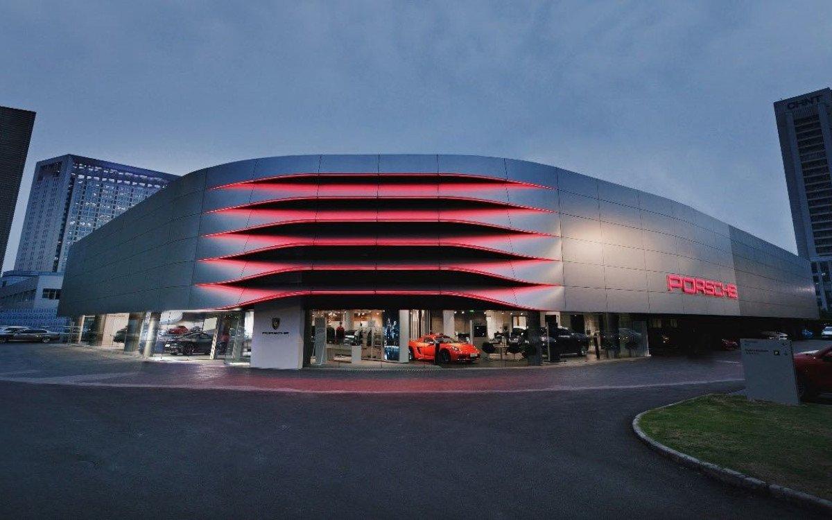 """Im chinesischen Hangzhou hat Porsche als Pilot erstmals einen Handelsbetrieb in der neuen Corporate-Architecture """"Destination Porsche"""" umgebaut. (Foto: Porsche)"""