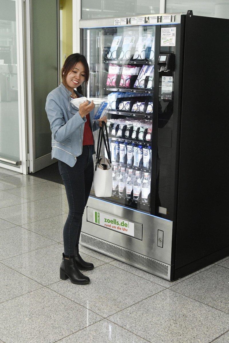 Masken, Handschuhe und Wasser - Automat am Flughafen München (Foto: FMG)