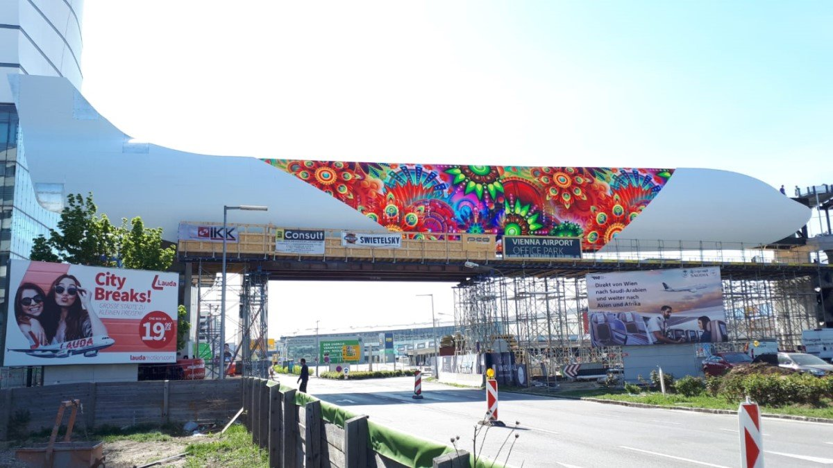 Das Meisterstück von firstSpot, Österreichs größte Outdoor LED-Wall am Flughafen WIen, soll trotz Corona Zwangspause bald fertig werden (Foto: firstSpot)