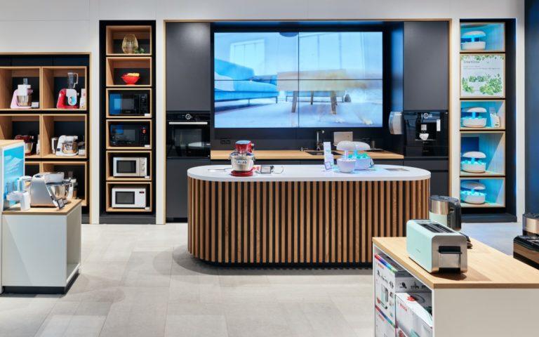 Der neue Bosch Store in Seiersberg bei Graz ist die zweite Erlebniswelt für die vernetzten Hausgeräte in Österreich, Ladenbau und Store Design kamen wieder von umdasch The Store Makers (Foto: umdasch)