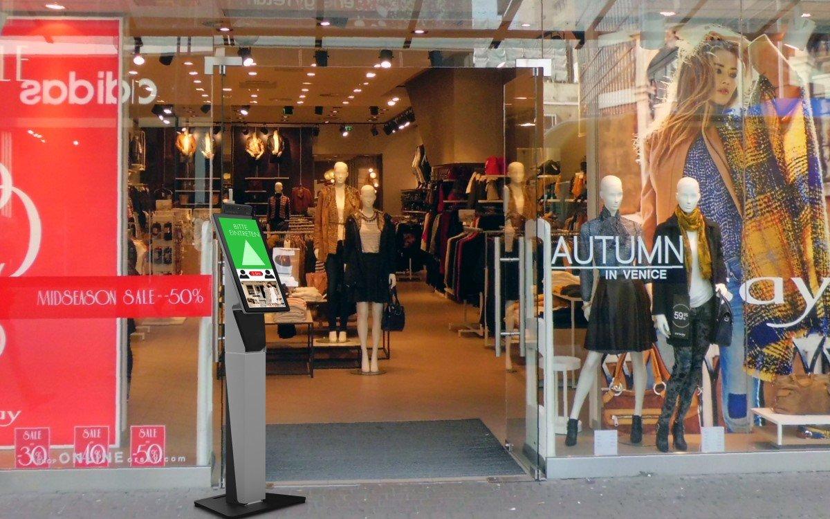 Bütema Kundenampel vor einem Store (Foto: Bütema)