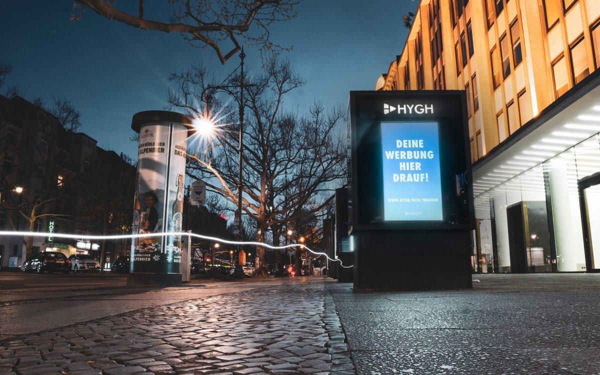Hygh-Stele in Berlin – Auf diesen Installationen und den rund 250 in Geschäften platzierten Displays in der Hauptstadt kann demnächst über die Plattform des DooH-Start-ups simpel Werbefläche für Jedermann gebucht werden (Foto: Hygh)