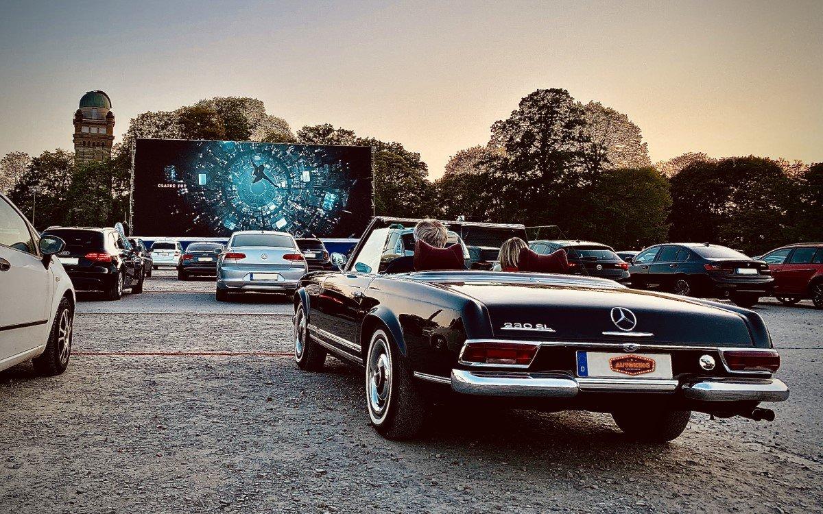 Revival für das Autokino – Während Kinos geschlossen sind können die Besucher hier auf Abstand zueinander Kino erleben (Foto: Innlights Displaysolutions)