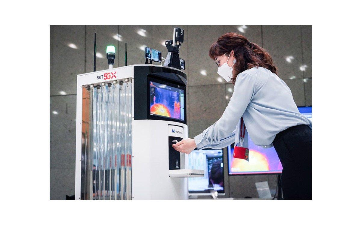 Der Corona-Roboter von SK Telecom und Omron Electronics nutzt modernste Tech im Kampf gegen Corona – und viel Desinfektionsmittel (Foto: SK Telecom)