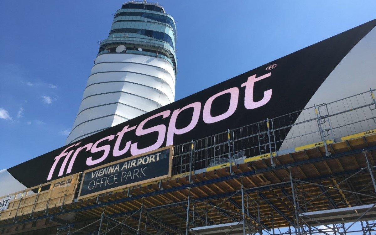 firstSpot errichtet am Flughafen Wien die größte Outdoor Video Wall Österreichs (Foto: firstSpot)