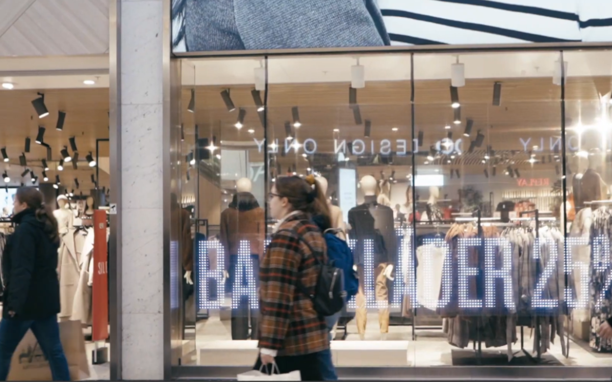 Transparente LED-Folie von LG im KappAhl Flagship-Store (Foto: Screenshot)