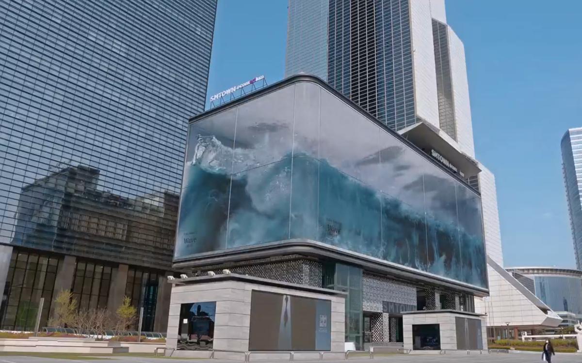 Die Welle der Agentur d'strict auf dem K-POP-Square in Seoul (Foto: Screenshot)