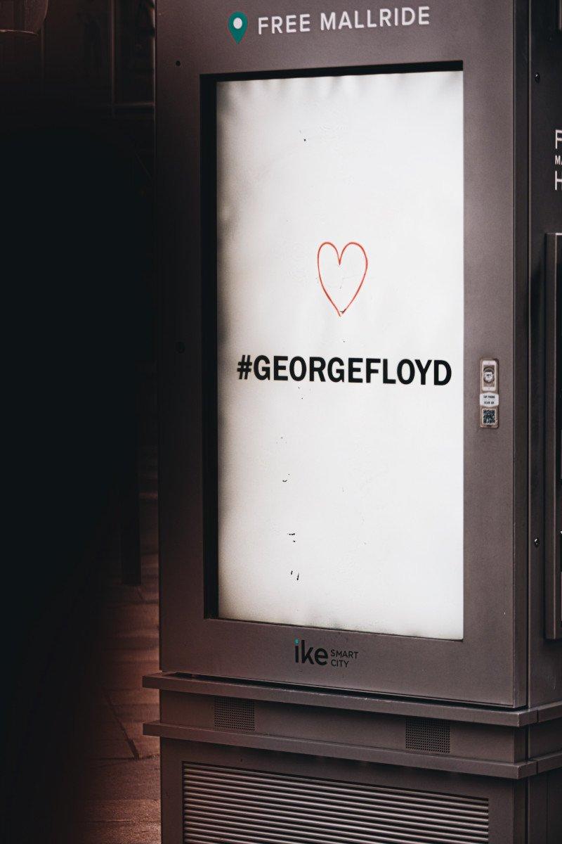 Auch auf klassischen DooH Stelen wird an den verstorben George Floyd erinnert (Foto: Logan Weaver / Unsplash)