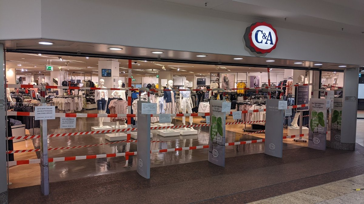 Corona-Maßnahmen bei C&A - Zutrittsmanagement mit Flatterband (Foto: invidis)