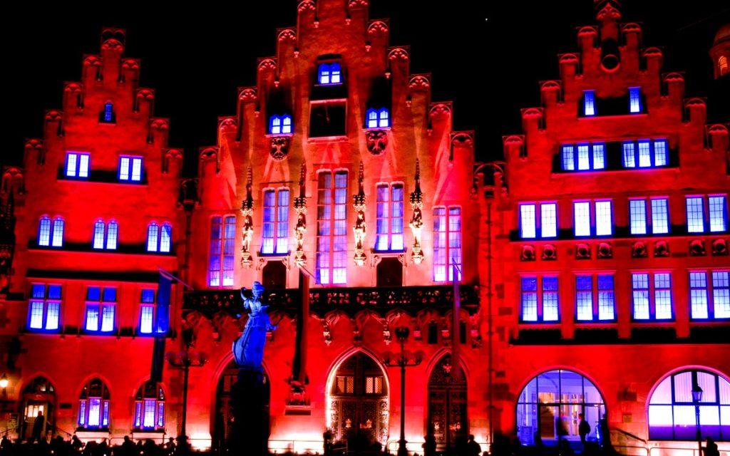 Die Veranstaltungsbranche sieht Rot – zur Night of Light erstrahlen Gebäude und Wahrzeichen in Deutschland in roter Lichtkunst (Foto: Night of Light)