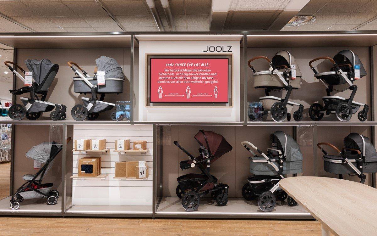 Drei Displays in 55″ und 48″ im Inneren der BabyOne-Filiale in Waiblingen spielen Digital Signage Inhalte aus (Foto: Bütema)