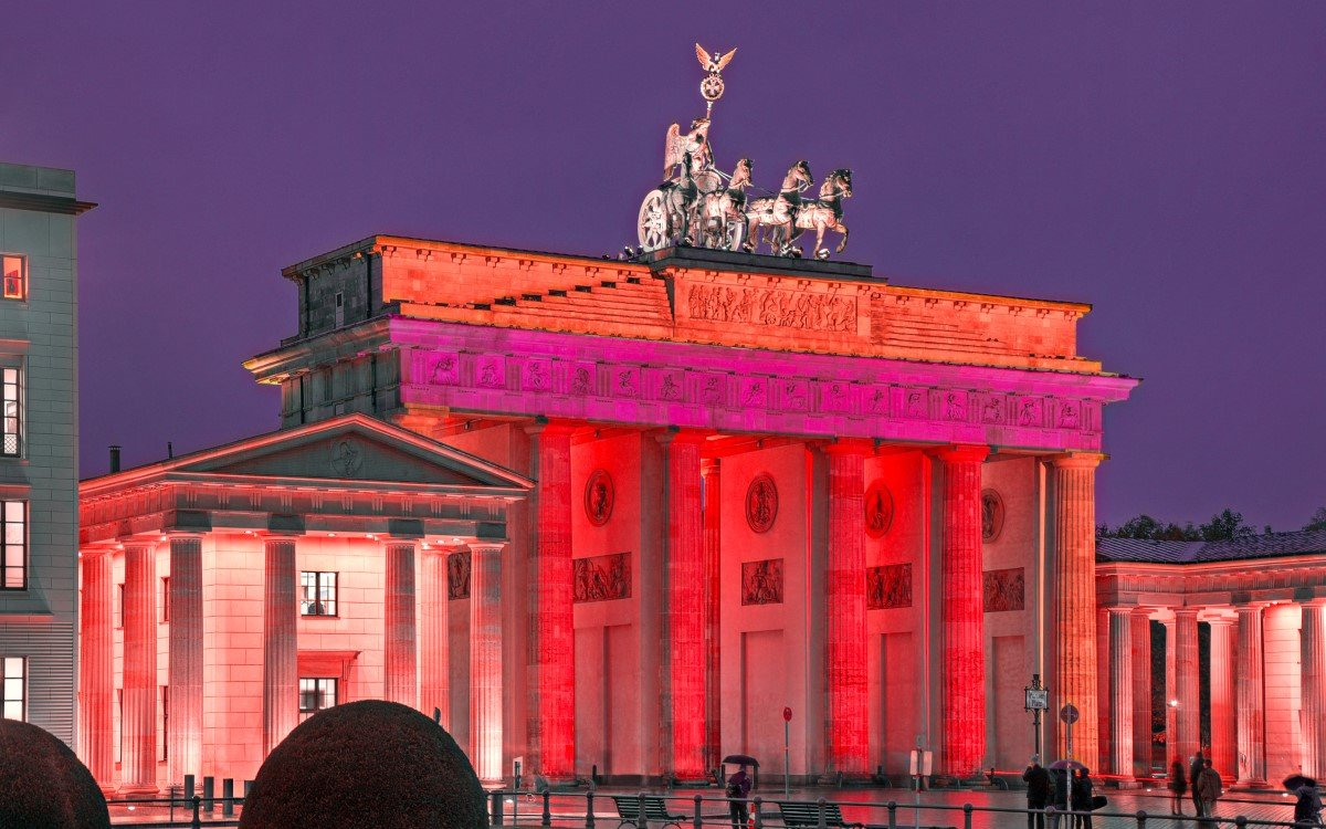 Das Brandenburger Tor in rot bei der Night of Lights, um auf die schwierige Lage der Veranstaltungsbranche hinzuweisen (Foto: Night of Light)
