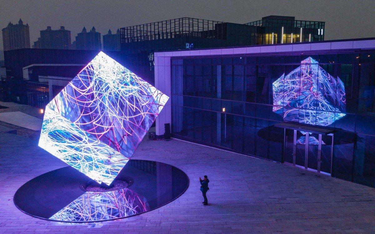 Die 'DATA GATE: NASA AI Astronomical Sculpture' von Ouchhh Studio in Nanjing in China (Foto: AVIXA)