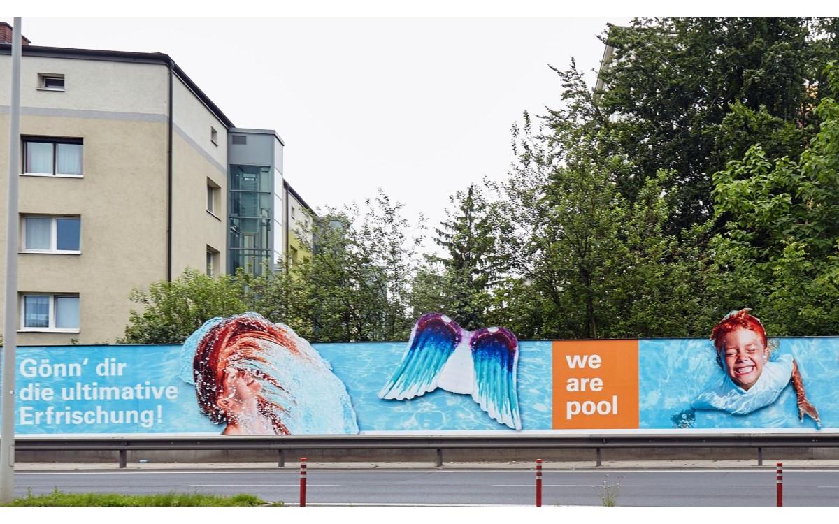 Der heimische Pool als Baderesort – Steinbach wirbt mit Epamedia für den Badespaß daheim (Foto: Epamedia)