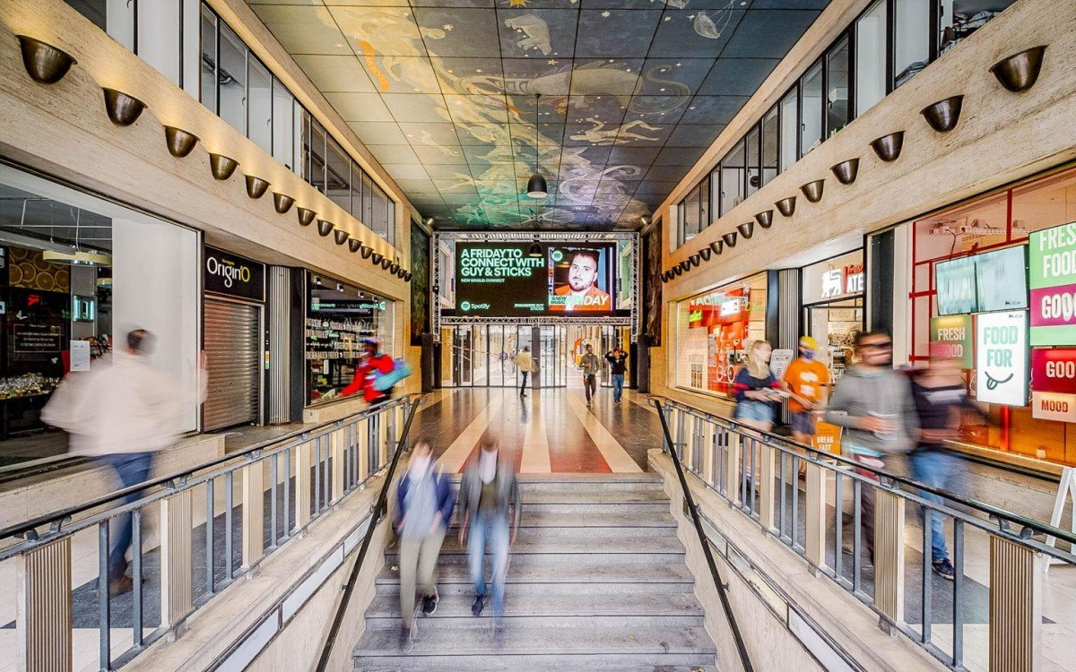 blowUP media ergänzt sein DooH Portfolio mit zwei neuen Screens an der Galerie Ravenstein in Brüssel (Foto: blowUP Media)