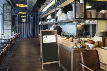 Mit dem IDS-Kundenstopper stellt Isaria eine Signage und Access-Control-Lösung im Retro-Design vor (Foto: Isaria)