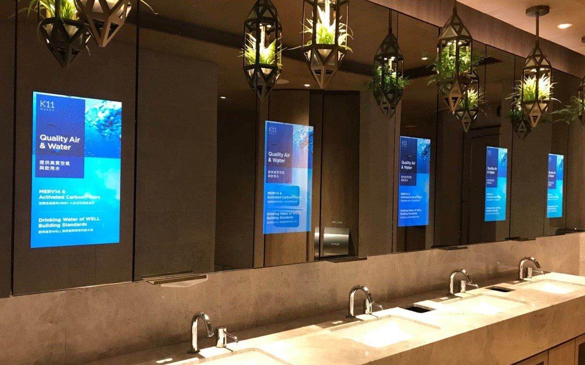 Über 1.000 BrightSign Mediaplayer steuern digitale Installationen wie diese smarten Spiegel in den Sanitäranlagen des K11 Musea Einkaufszentrum ins Hongkong (Foto: BrightSign)