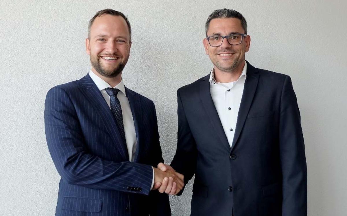 Marcel Rzeplinski (l.) übergibt die Spitze der SwissScreen AG an den neuen Eigentümer Josip Bajusic (Foto: SwissScreen)