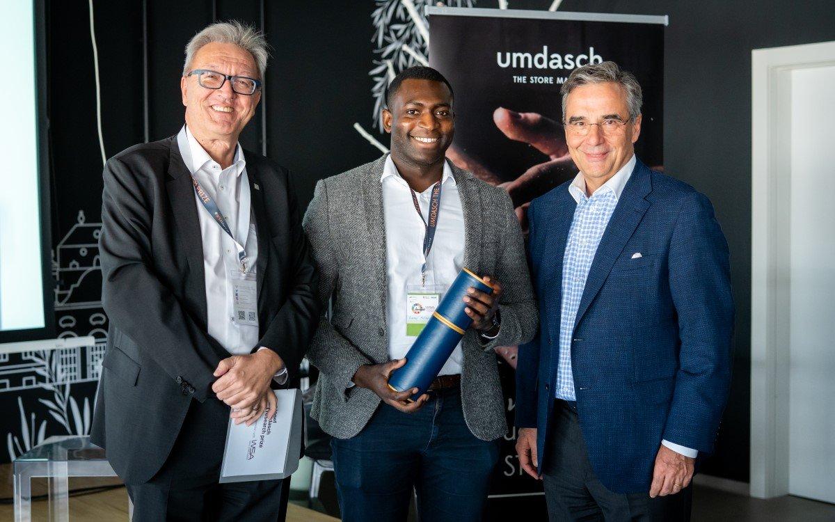 Ahmad Mu´azzam (mitte) nahm die Siegerurkunde von Silvio Kirchmair, CEO umdasch The Store Makers (l.), und Dr. Andreas J. Ludwig, CEO Umdasch Group, entgegen (Foto: umdasch)