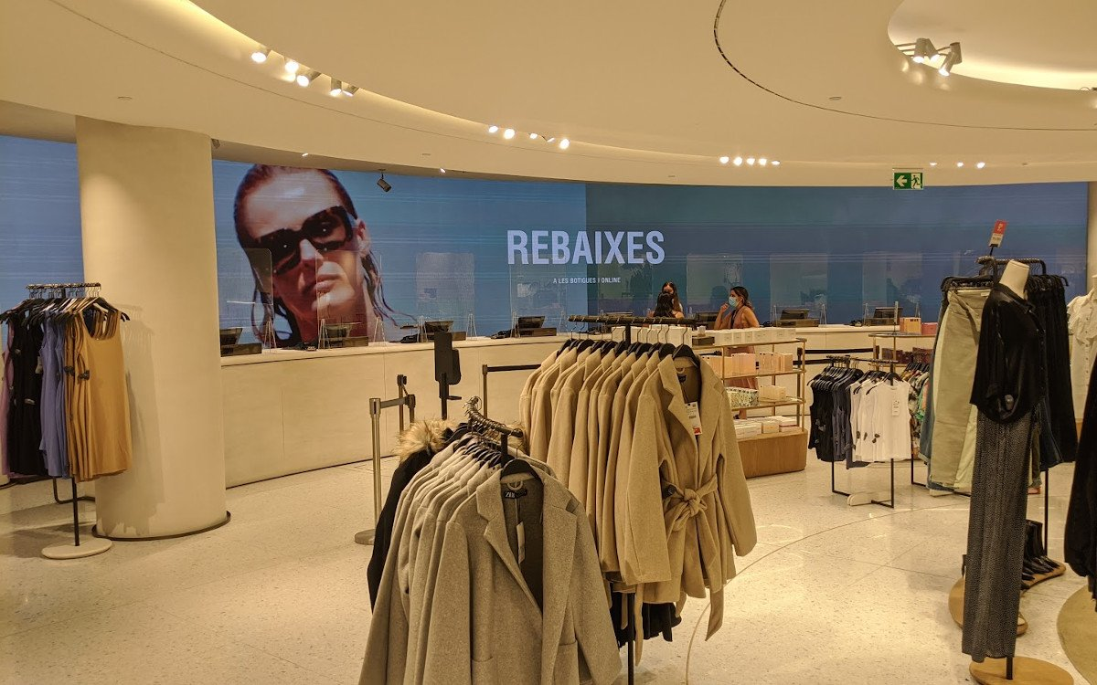 Zara Flagshipstore in Barcelona - LED meets Rabatte (Foto: invidis)