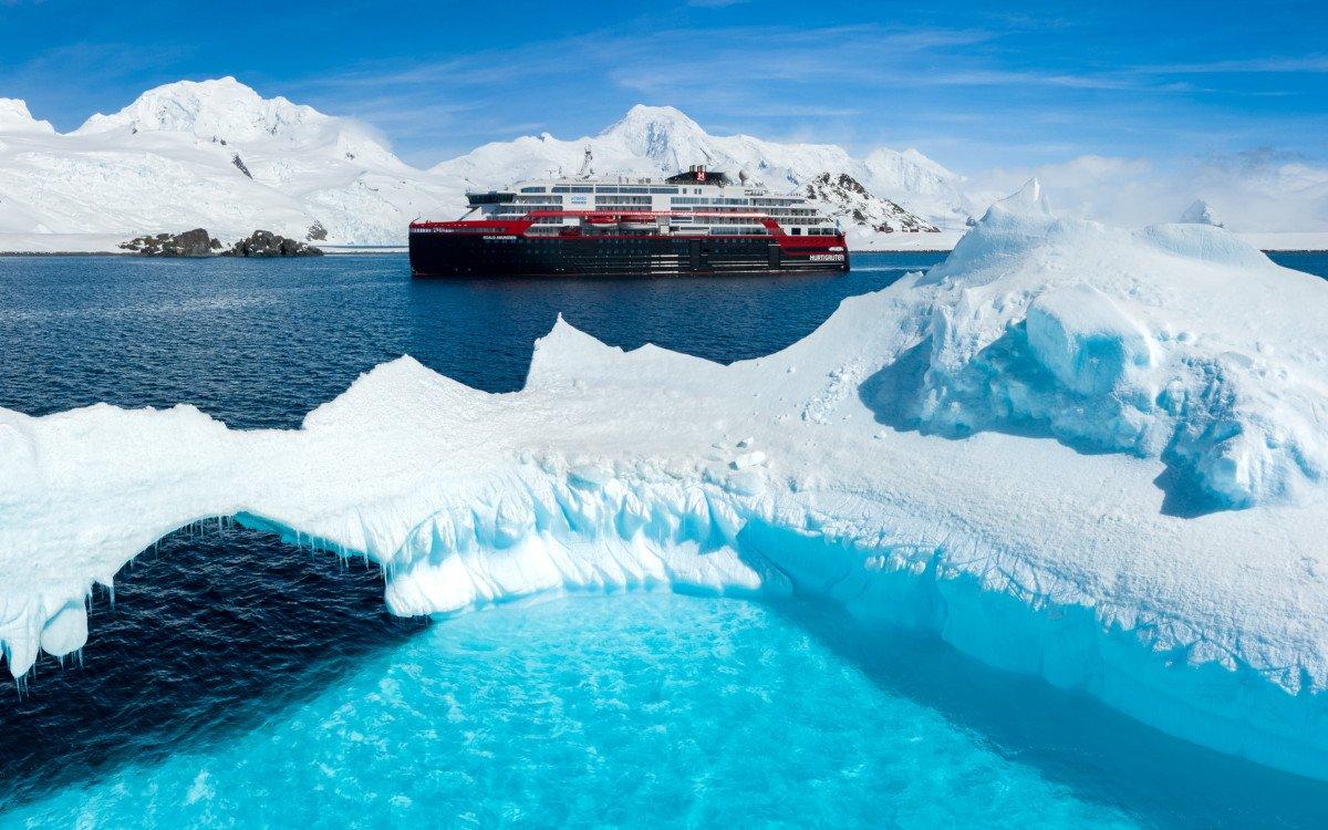 Hurtigruten Roald Amundsen in der Arktik (Foto: Hurtigruten)