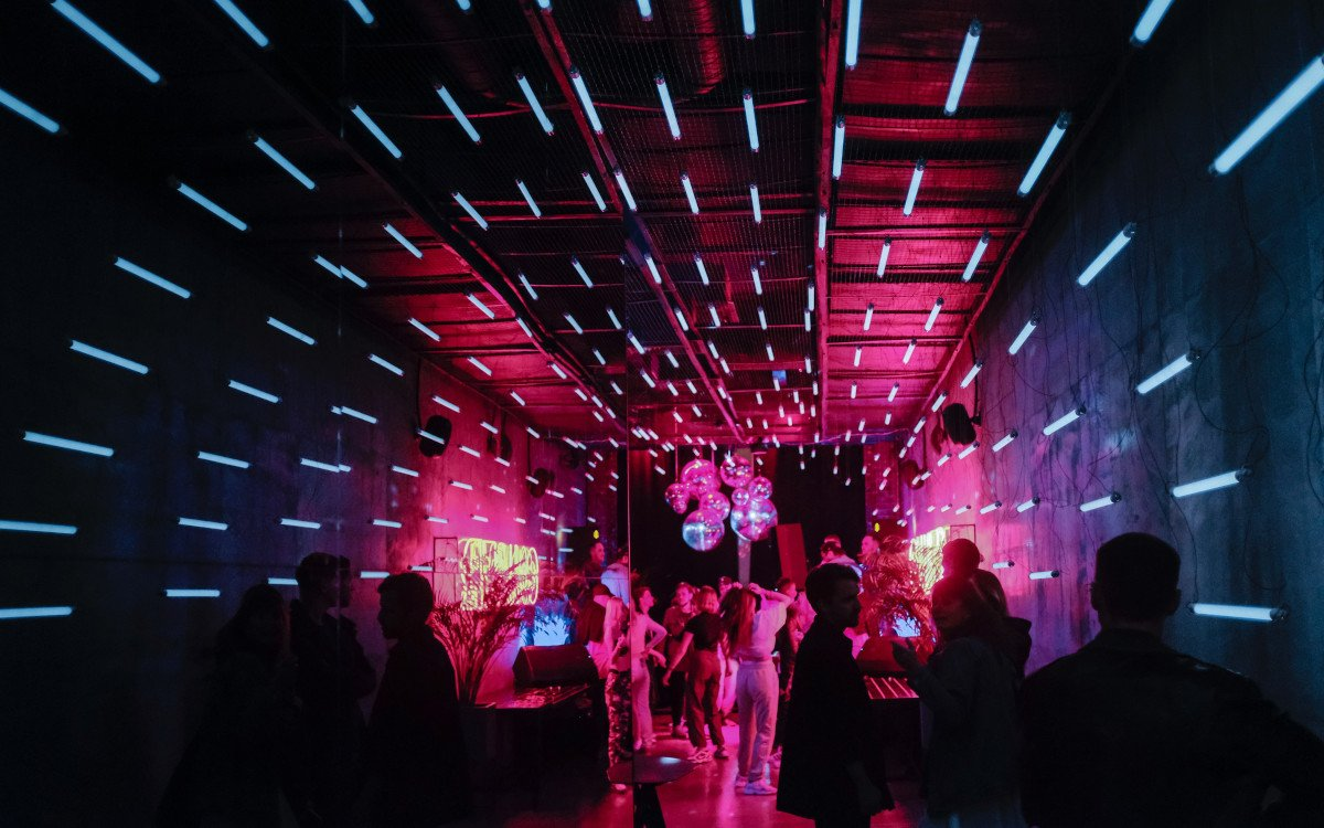 Nachtclubs kämpfen mit Corona SuperSpreader (Foto: Alexander Popov / Unsplash)