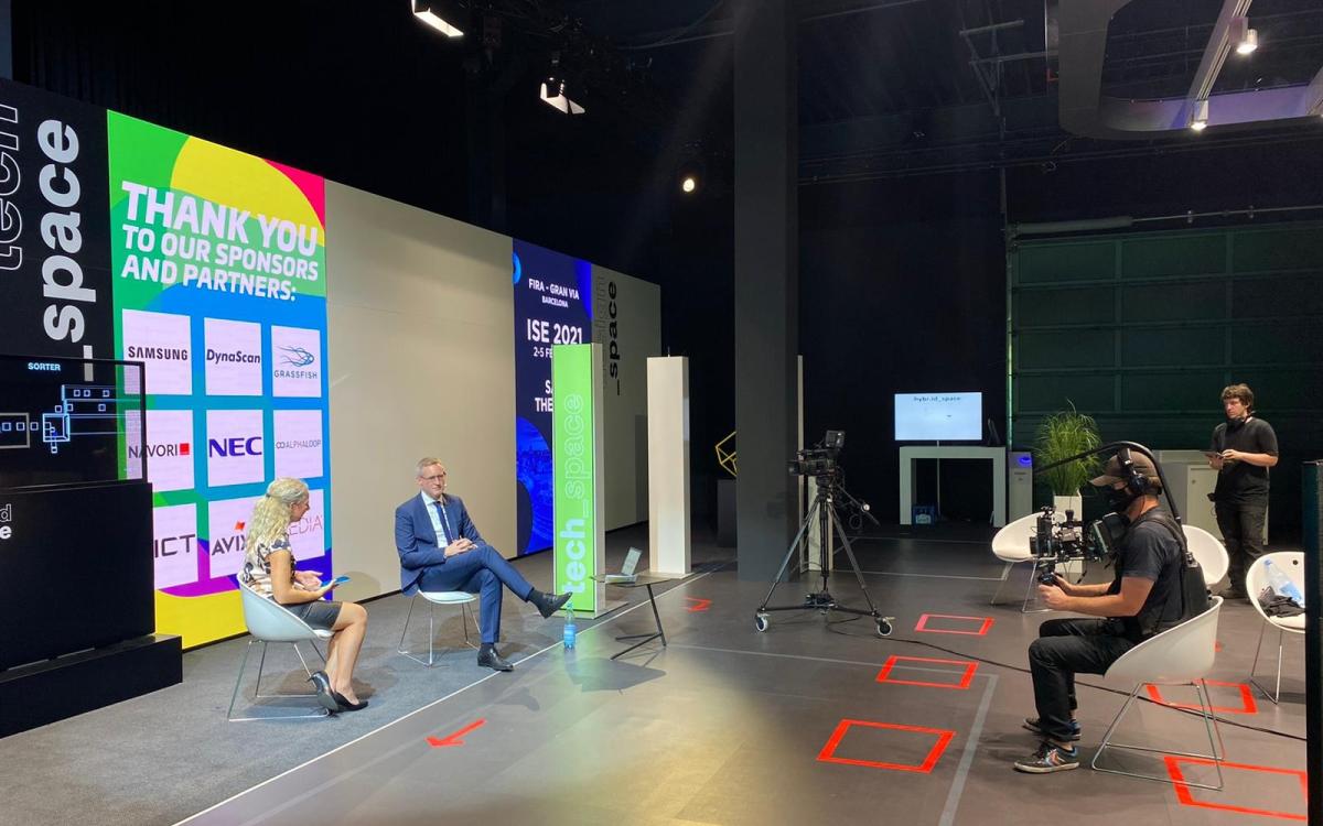 Während der Show gingen die invidis-Experten zwischen den Beiträgen auf die Fragen der Zuschauer aus dem Chat ein – im Bild Gastmoderatorin Carolin Neumahr von ICT und Florian Rotberg (Foto: invidis)