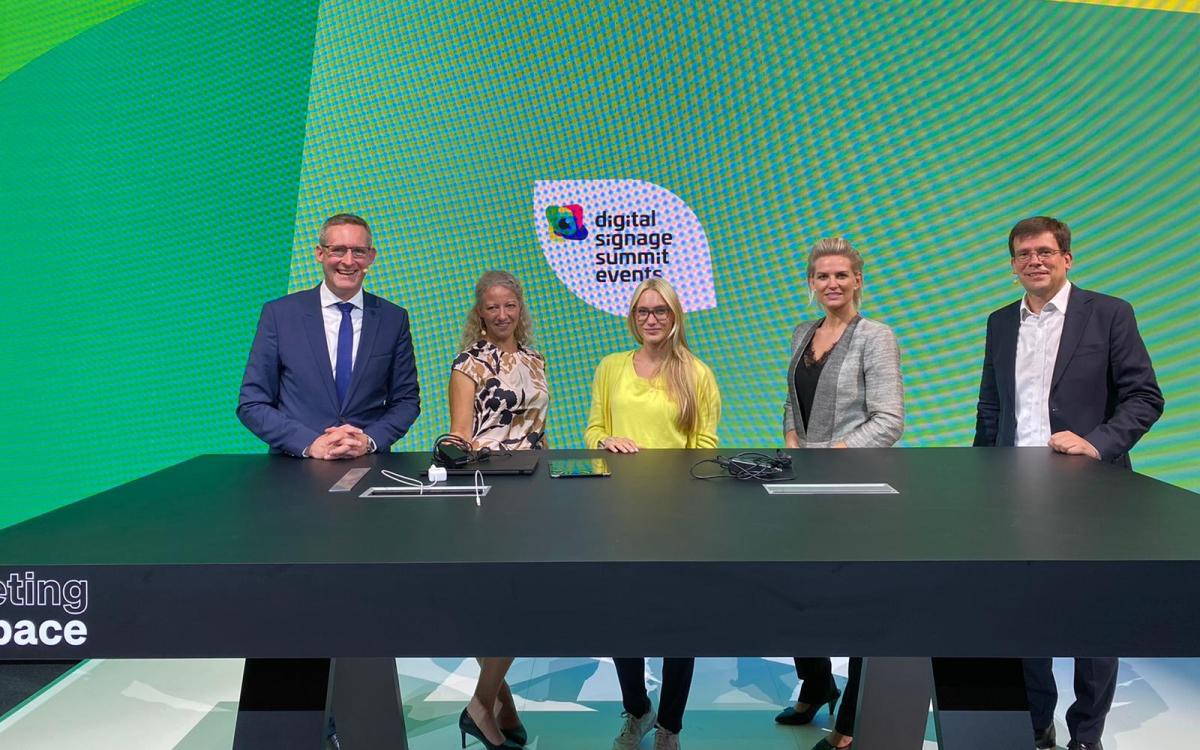 Das Moderatoren-Team am zweiten Tag des Digital Signage Summits - The Show: (v.l.) Florian Rotberg, Carolin Neumahr (ICT), Lara-Franziska Rogowski (innogy), Laila Hede Jensen (ZetaDisplay) und Stefan Schieker (Foto: invidis)
