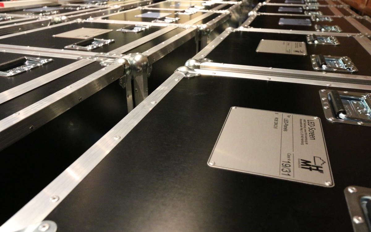 Verpackt: Die 250 LED-Panels der neuen Videowall für die Hamburger Hochschule für Musik und Theater (Foto: Oliver Schweers)