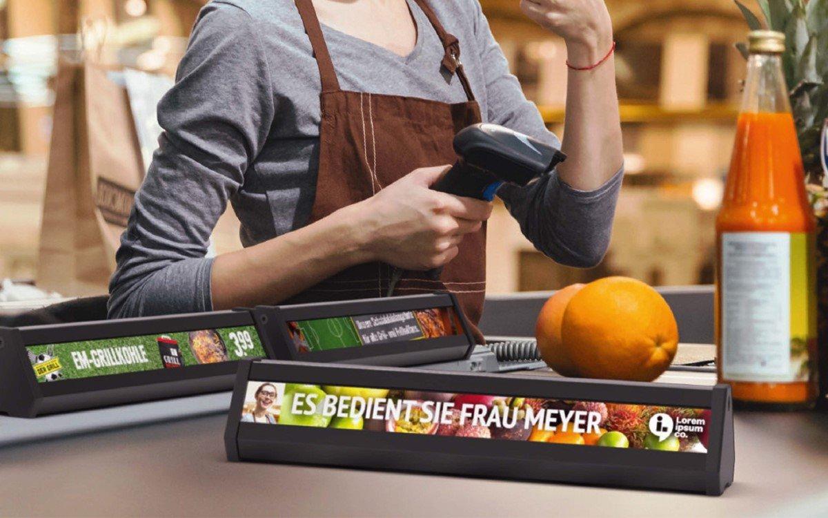 Der DS-Warentrenner von IAdea zeigt digitale Inhalte wie Angebote, News oder Gamification zur Verkaufsförderung am Kassenband (Foto: IAdea)