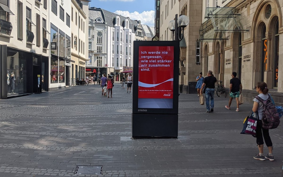 CocaCola Corona-Kampagne auf Ströer DooH-Stele (Foto: invidis)