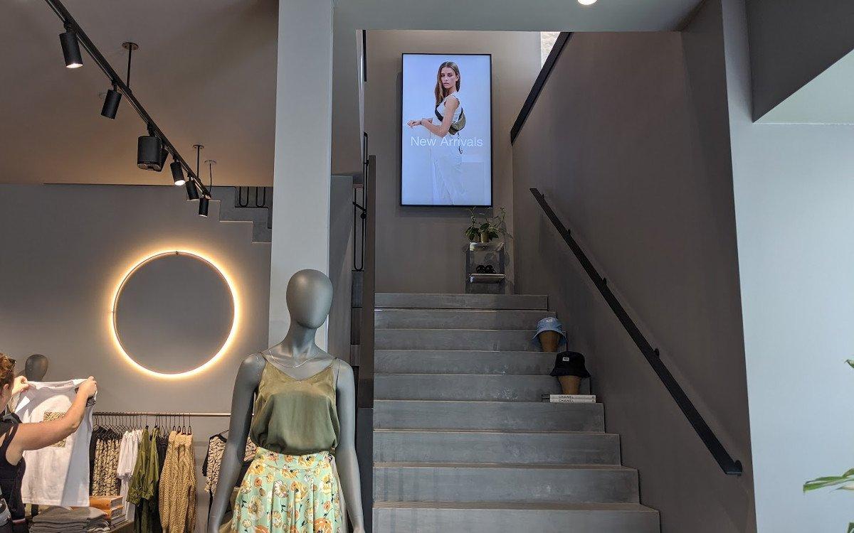Auch im Flagshipstore in der Innensstadt - Displayplatzierung wo sie hingehören (Foto: invidis)