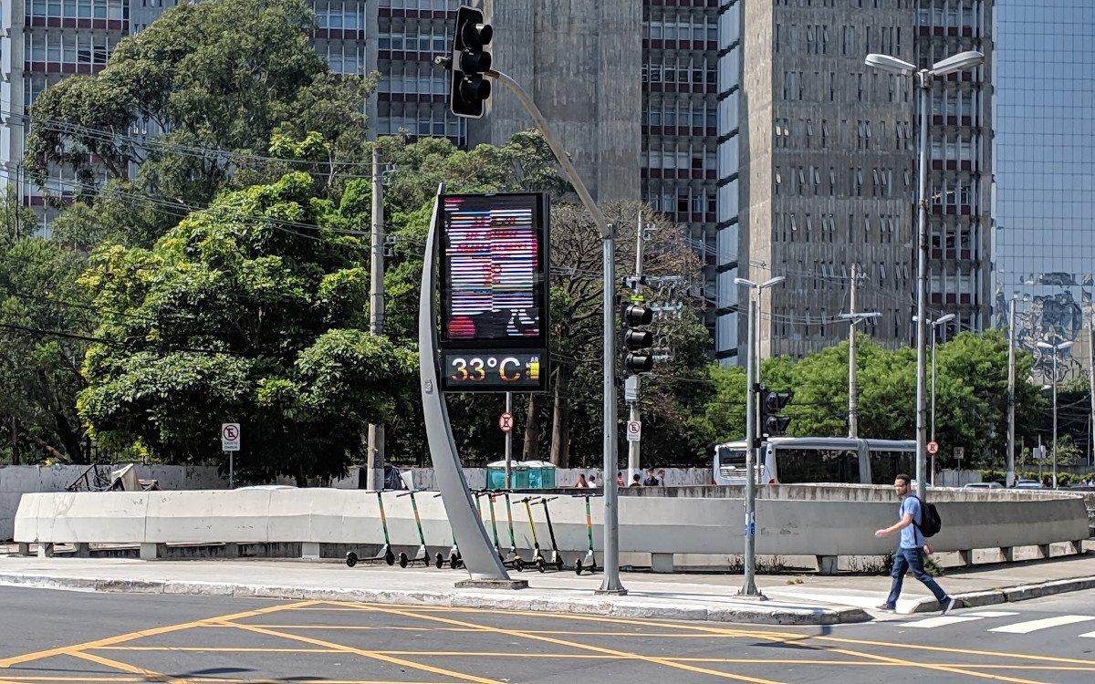 DooH trifft Uhr - JC Decaux Touchpoint in Sao Paulo (Foto: invidis)