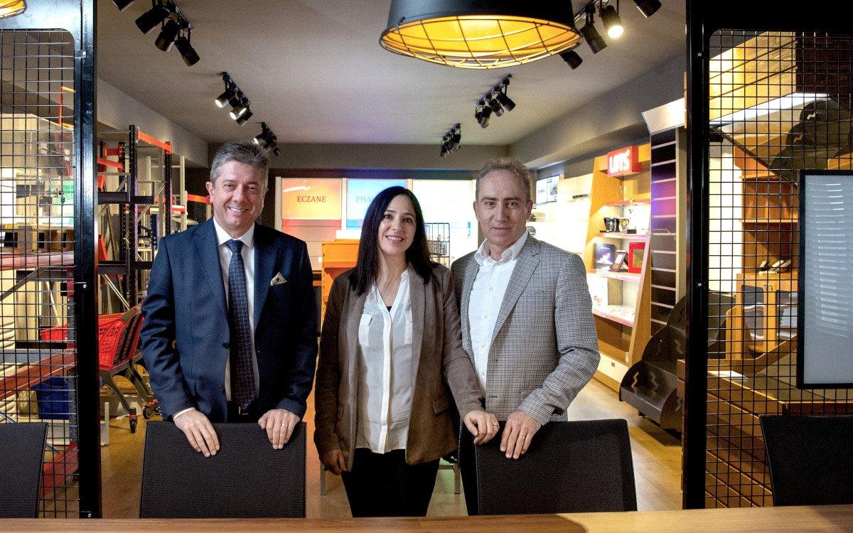 Geschäftsführer Nedim Yilmaz mit den bisherigen Alleineigentümern und künftigen Aufsichtsratsmitgliedern Sevgi und Vedat Saygin (Foto: Umdasch)