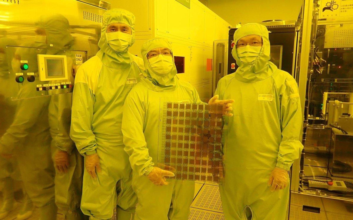 Forscher in Taiwans Industrial Technology Research Institute (ITRI) mit dem weltweit ersten SRD-Display, das zusammen mit Bodle entwickelt wurde (Foto: Bodle Technologies)