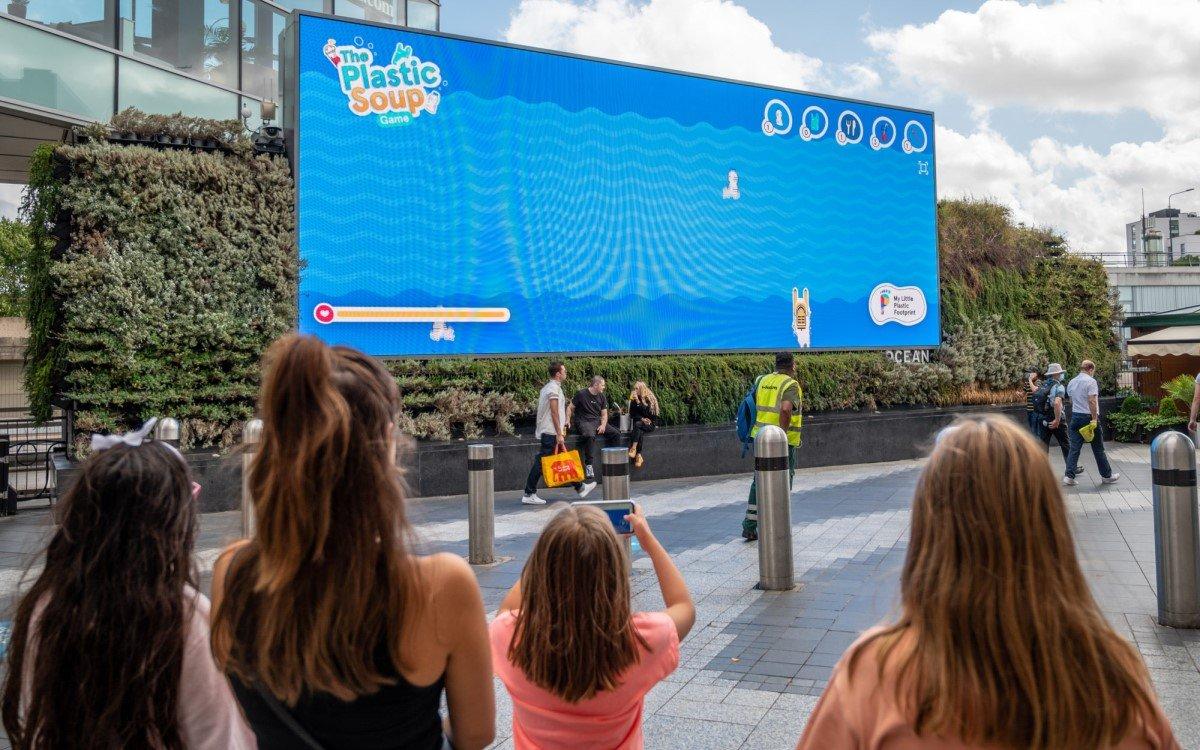 Gamification trifft DooH – Die interaktive Ozean-Reinigungskampagne von Plastic Soup auf Oceans DooH-Screen im Westfield (Foto: Ocean Outdoor)