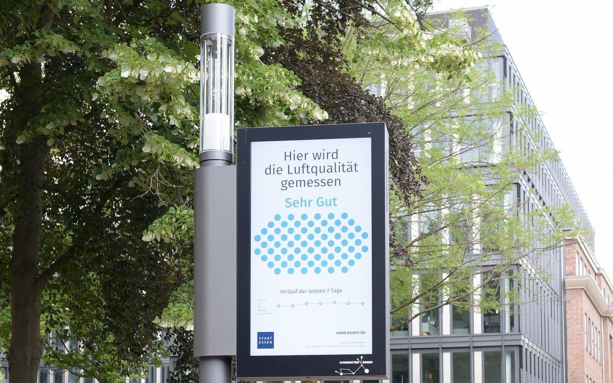 innogys Smart Poles mit Digital Signage Display bieten neue DooH-Werbemöglichkeiten für Kommunen (Foto: innogy)