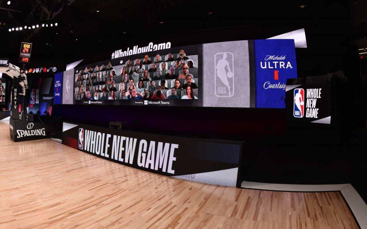 Mehr als 300 Fans werden auf den 5 Meter hohen LED-Screens am Spielfeldrand gezeigt, um eine Fan-Atmosphäre zu schaffen (Foto: NBA/Microsoft)