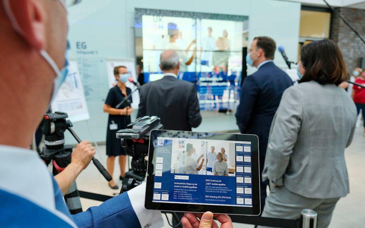 Beim Besuch von Bundesgesundheitsminister Jens Spahn zeigte die ARLED Videowall im UKSH eine beeindruckende Präsentation, gesteuert vom Tablet (Foto: Olaf Bathke/UKSH)