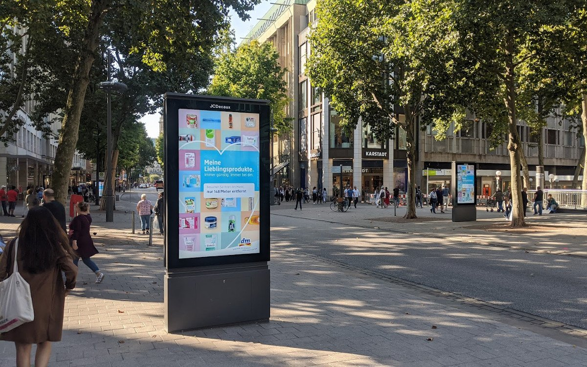 DM Kampagne auf Decaux Screens in Hamburg (Foto: invidis)