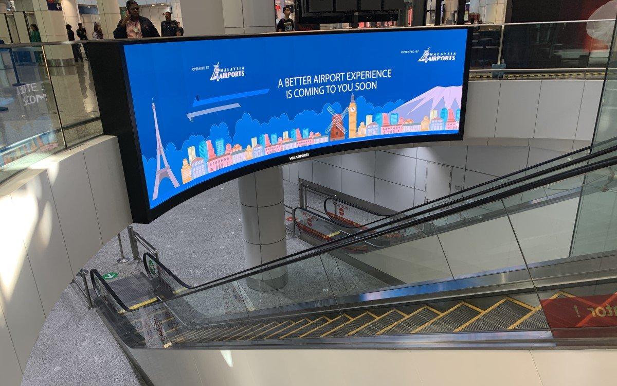 Gekrümmte LED-Installation mit Absen Tech im Kuala Lumpur Airport (Foto: Absen)