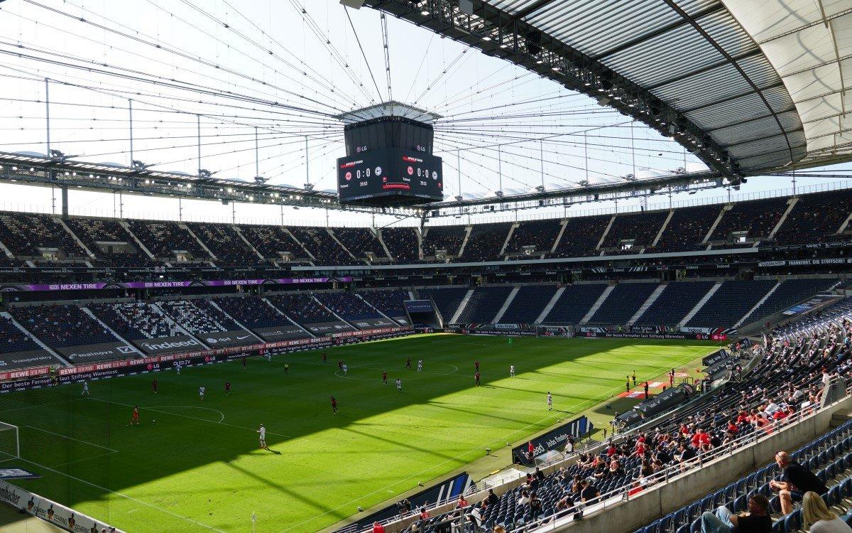 Auch in der strahlenden Spätsommersonne macht der neue LG LED-Videowürfel der Eintracht Frankfurt beim Saisonauftakt eine gute Figur (Foto: Kevin Haase)