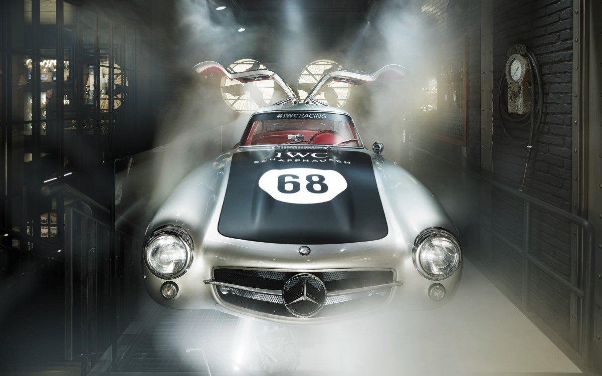 """Das Herzstück der IWC Boutique in Zürich bildet ein Mercedes-Benz 300 SL """"Gullwing"""", der sich mittels VR sogar fahren lässt (Foto: Valentin Jeck/IWC Schaffhausen)"""