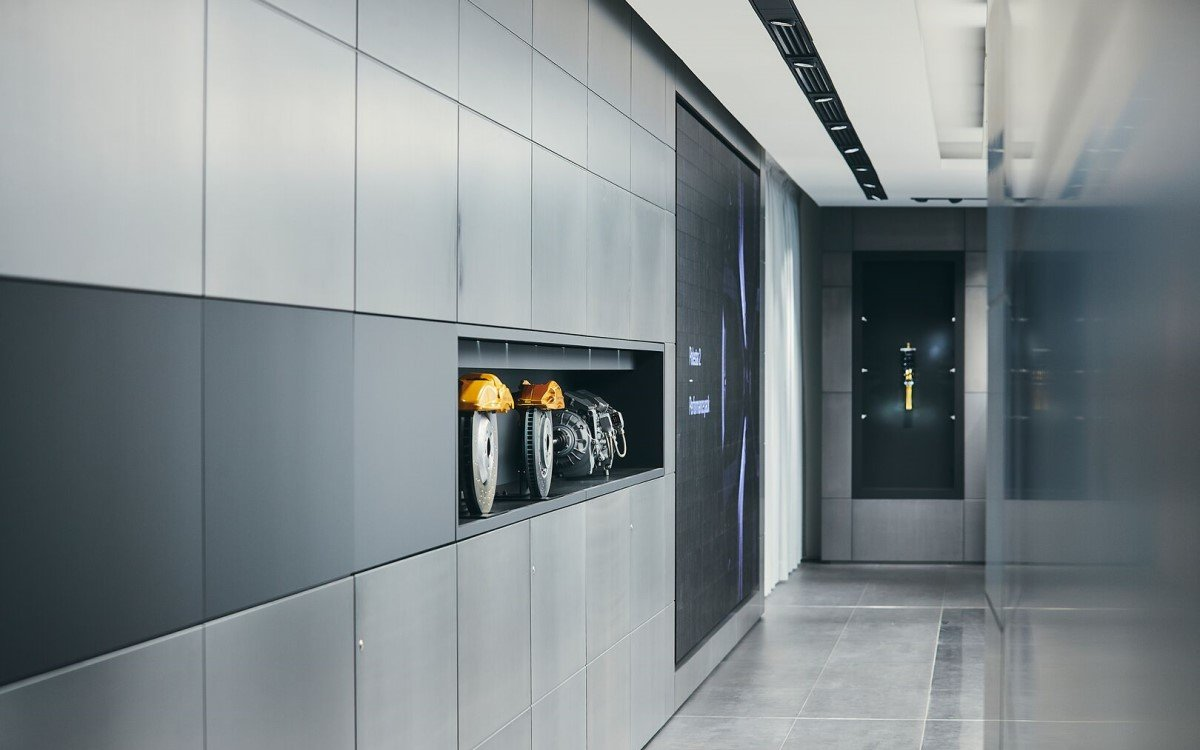 Volvos Polestar Spaces bringen im modernen Retail Konzept den digitalen Vertrieb und den stationären Handel zusammen (Foto: Volvo)