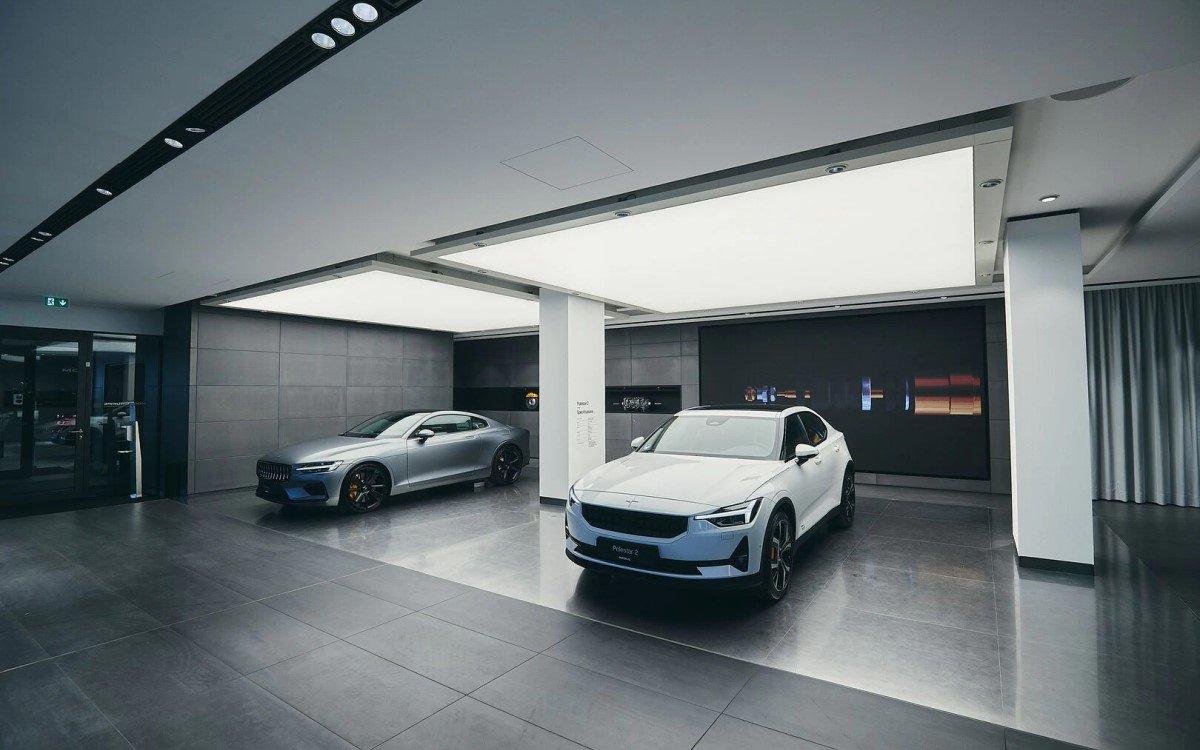 Mit Bewegtbild hält sich Volvo trotz großflächiger Digital Signage wie LED-Walls zurück, vermutlich damit die Aufmerksamkeit auf den Fahrzeugen liegt (Foto: Volvo)