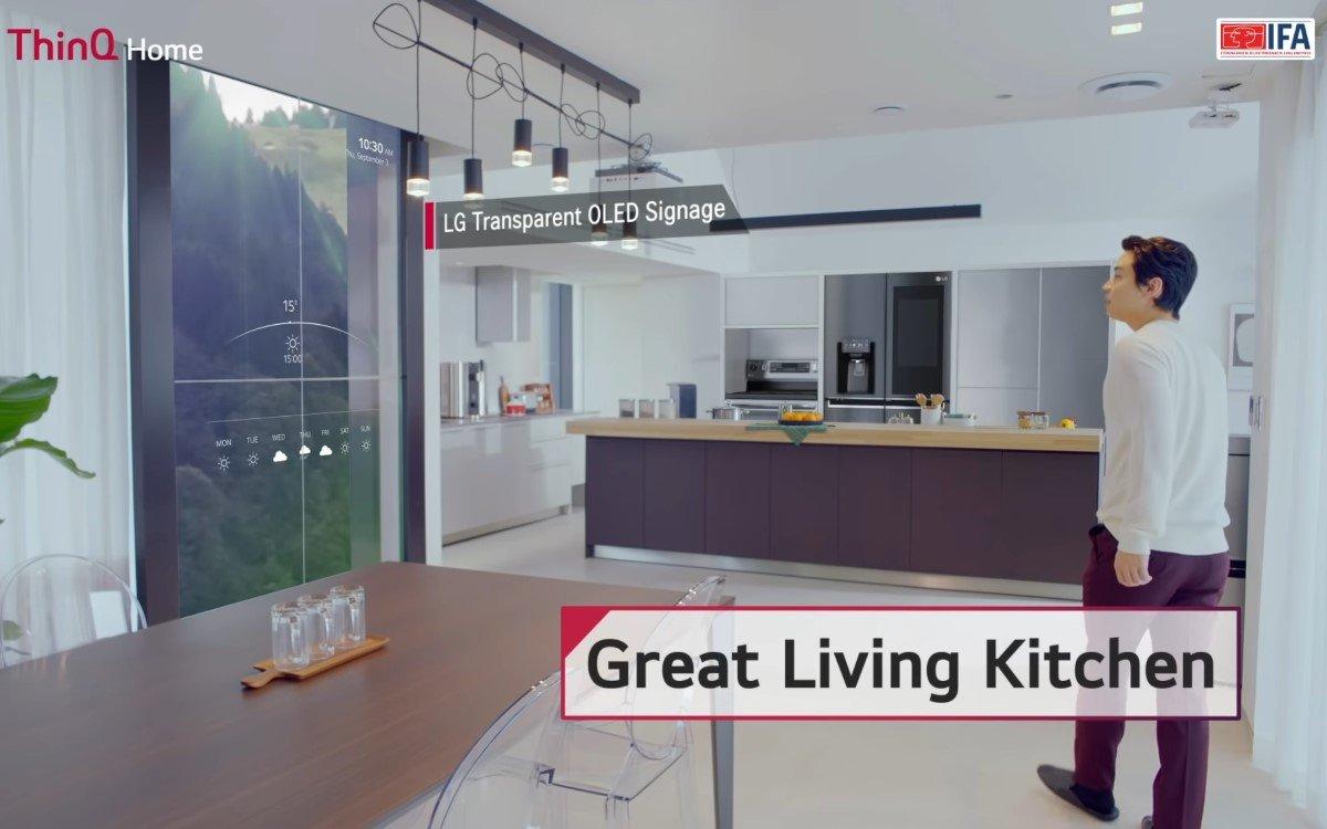 Für LGs IFA 2020 Keynote führte K-Pop Star Henry Technik-Fans durch das 'ThinQ Home' mit modernster digitaler Ausstattung wie den transparenten GhosT-OLED von LG als Küchenfenster (Foto: Screenshot)