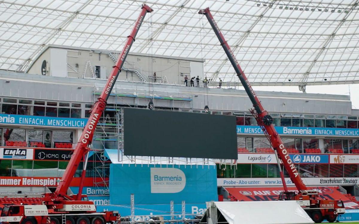Foto der Installation der 97qm großen LED-Anzeigetafeln in der BayArena durch LEDCON (Foto: Screenshot)