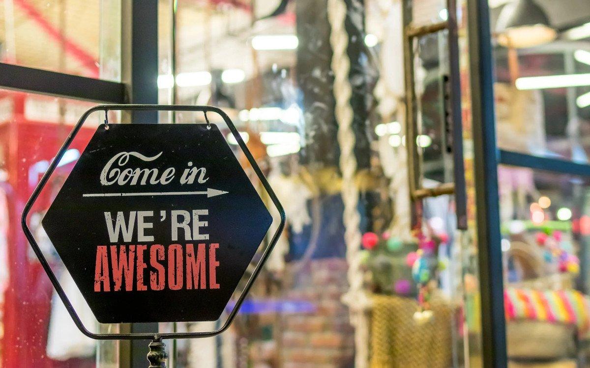Signage für kleine Stores (Foto: Artem Beliaikin/Pexels)