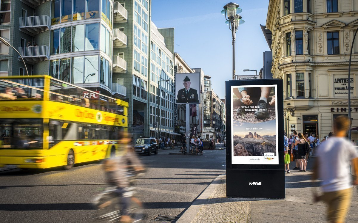WallDecaux DooH-Screen am Checkpoint Charly in Berlin (Foto: WallDecaux)
