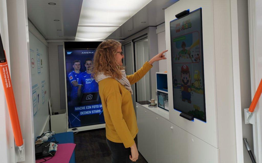Fast 9m² Platz für große Displaylösungen - Ameria Digital Signage Showtruck (Foto: Ameria)